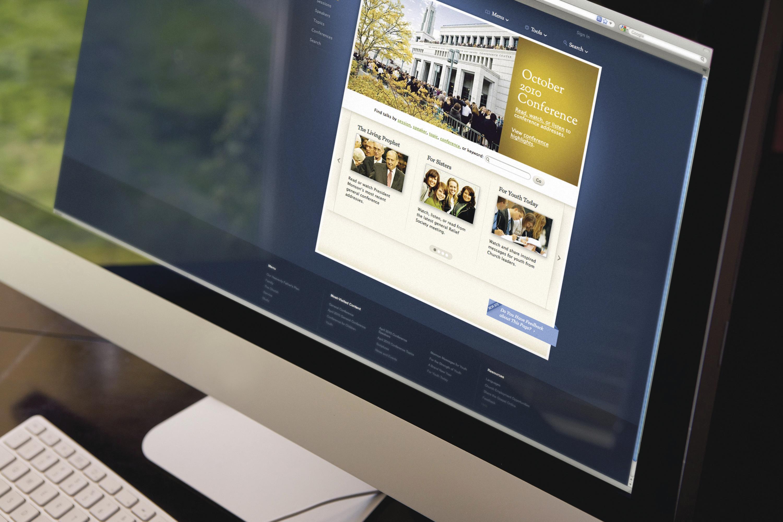 Egy számítógépen nézik a weboldalt